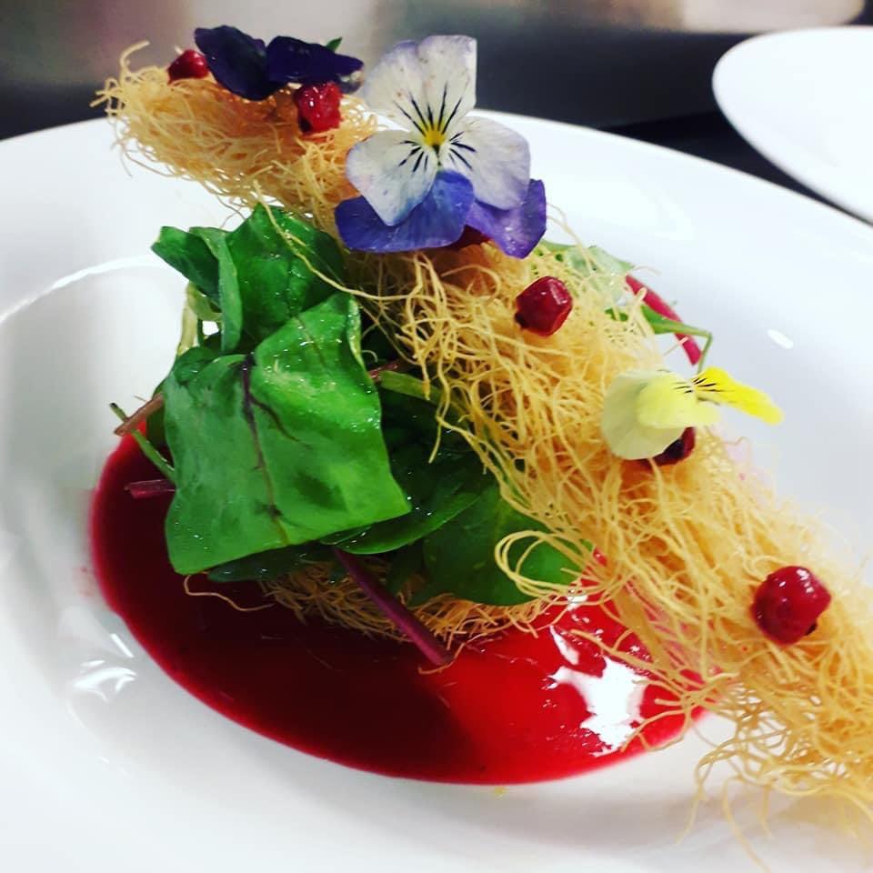 Σαλάτα καταΐφι με απάκι, mousse τυριών και dressing φράουλας